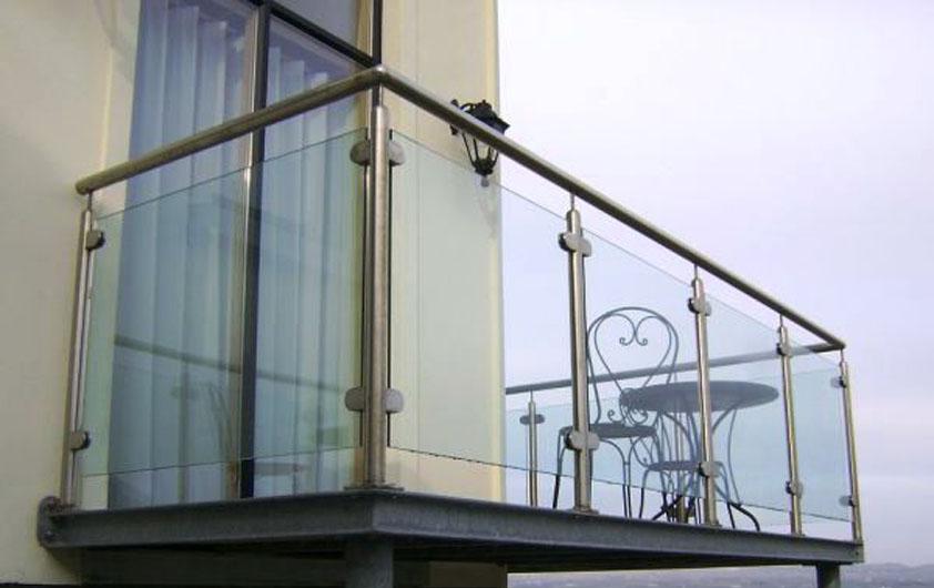 Перила со стеклом на балконе фото